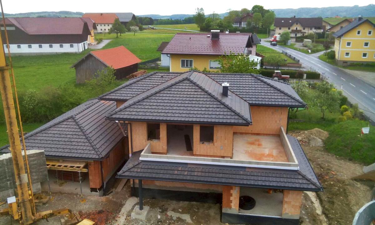 Dachdeckerei huber gmbh for Walmdachhaus mit garage